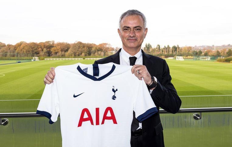 José Mourinho poseert met shirt van Tottenham.