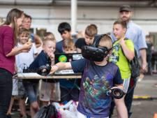 Techneuten in de dop vermaken zich tijdens Mini Makers in Almelo
