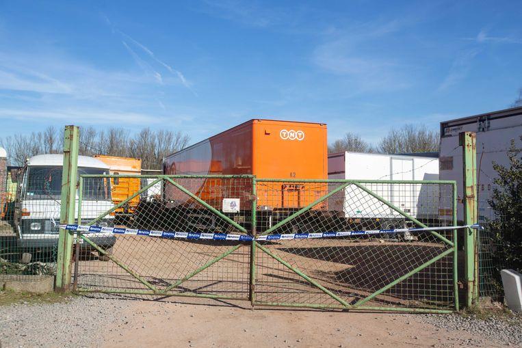 De politie verzegelde het terrein van een groothandel in tweedehands vrachtwagens langs de Brusselbaan