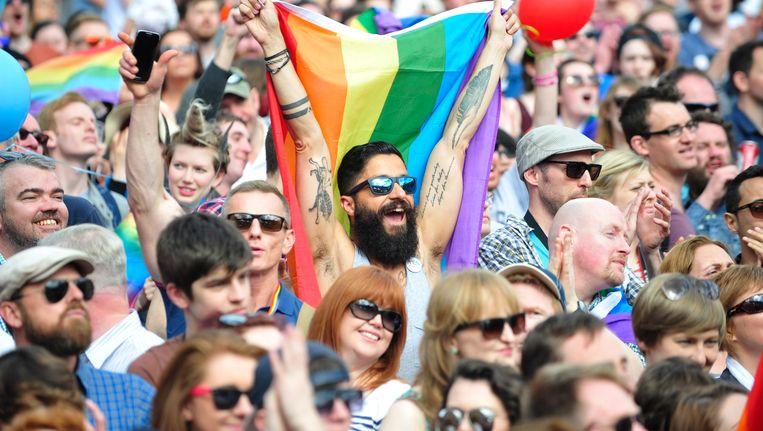 Ieren vieren de uitslag van het referendum in Dublin. Beeld epa