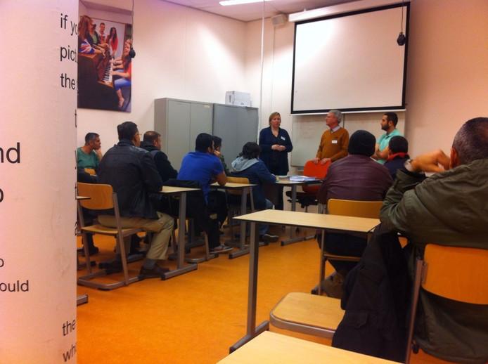 Vrijwilligers Daphne van Uden en Jos van Aggelen onderwijzen vluchtelingen in Oss.