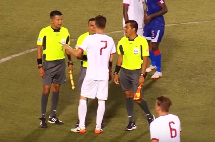 Rick de Punder (nummer 7) schudt de scheidsrechters de hand na de eenzijdige 13-0-nederlaag van Sint Maarten tegen Haiti. Ploeggenoot Raymond Wolff (nummer 6) komt aangelopen.