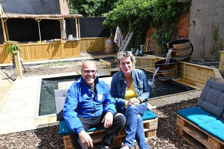 Gerdy Kimpe en Benedicte Lievens van 't Heerenhuys zijn trots op hun bijna afgewerkte zomerbar.