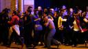 14 november 2015: overlevenden van de aanslag op de Bataclan lopen weg van de concertzaal.