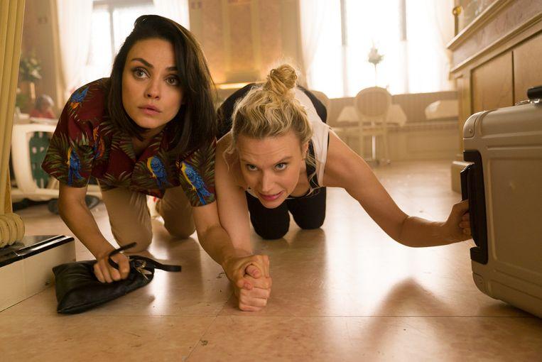 Mila Kunis en  Kate McKinnon in The Spy Who Dumped Me. Beeld