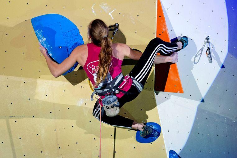 De 18-jarige Lynn van der Meer uit Roosendaal in actie bij het NK sportklimmen.  Beeld Olaf Kraak