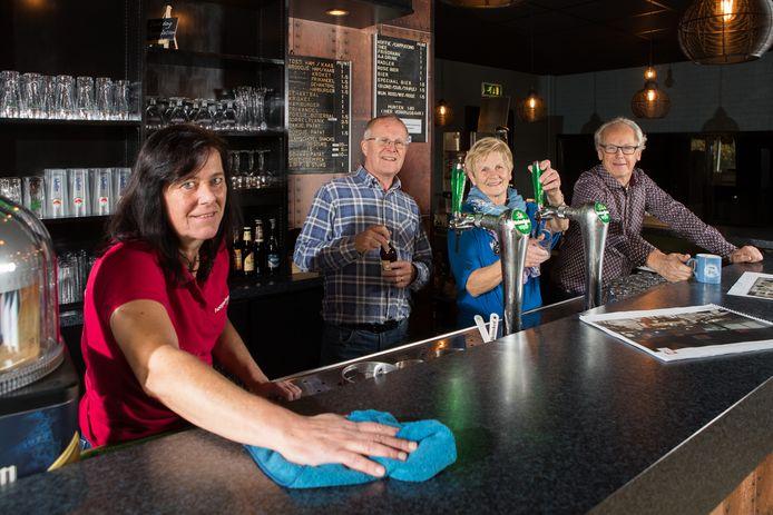 Het laatste stof wordt van de bar gepoetst door beheerder Jolanda de Weerd (v.l.n.r. Jolanda de Weerd, Jan Holterman, Miny Holterman, Ben Nijboer).