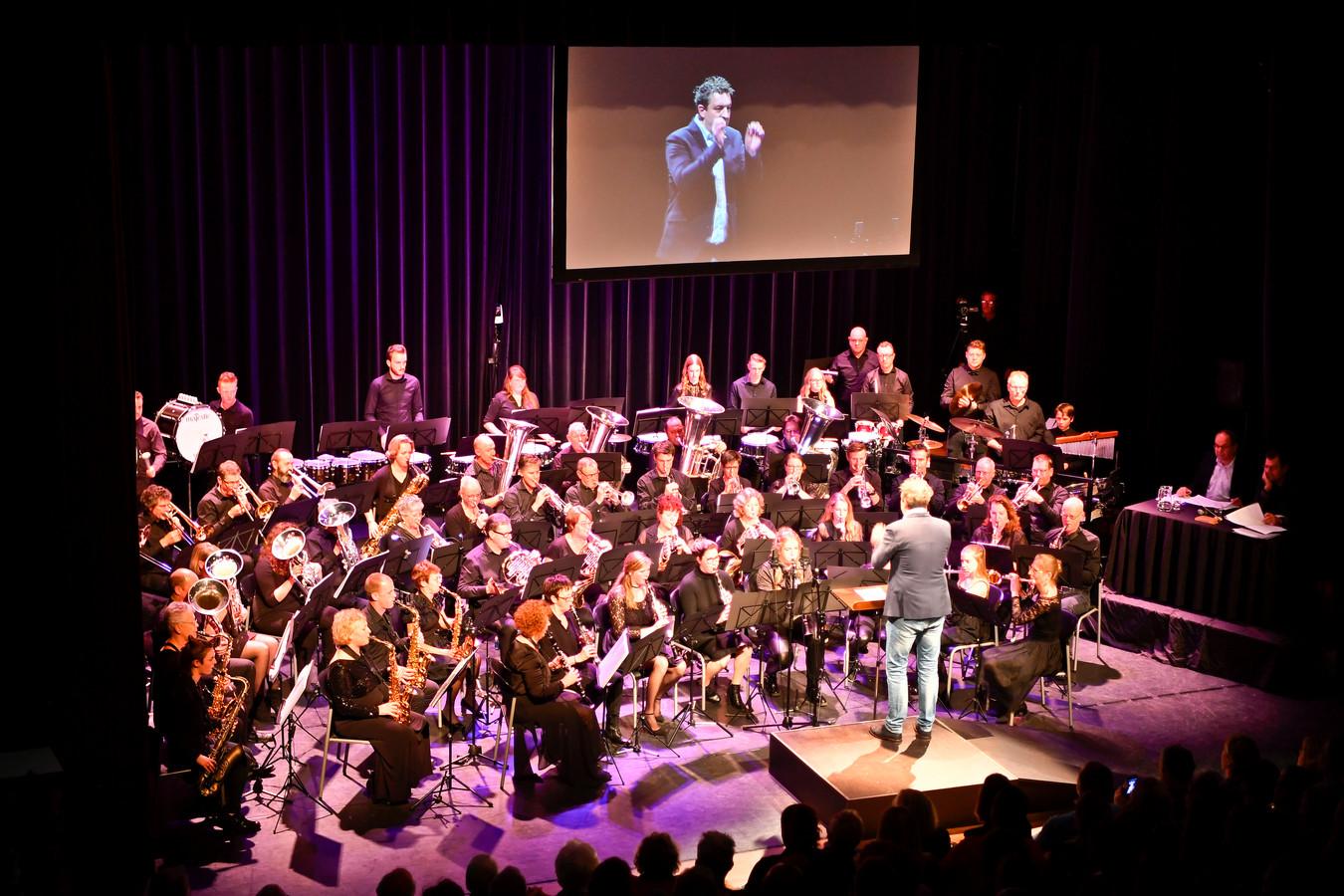 Nuenen Drumfanfare Jong Leven houdt een concert in de geest van het programma Maes. Vijf min of meer bekende Nuenenaren treden op als gastdirigent. De winnaar dirigeert de grote finale.