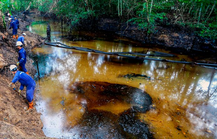 Olie in de rivier Lizama.