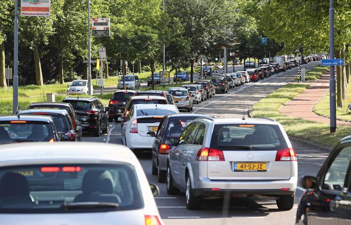 Regelmatig staat het muurvast om via de Aveling in Hoogvliet in Spijkenisse te komen