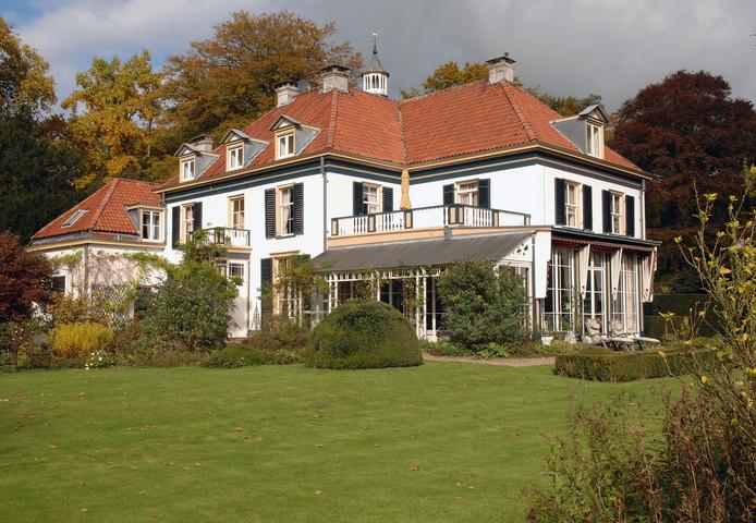 Het landhuis Spaensweerd gezien vanuit de fraai vormgegeven achtertuin.