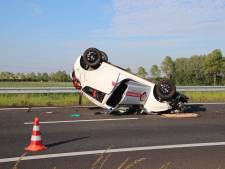 Auto over de kop op A58 bij Kruiningen - drie gewonden naar ziekenhuis