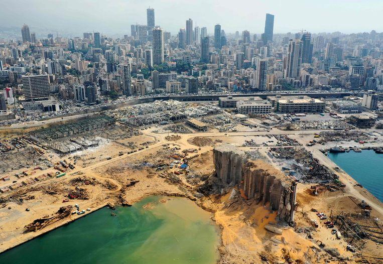 Een luchtfoto van de haven van Beiroet, drie dagen na de gigantische explosie begin augustus.  Beeld AFP