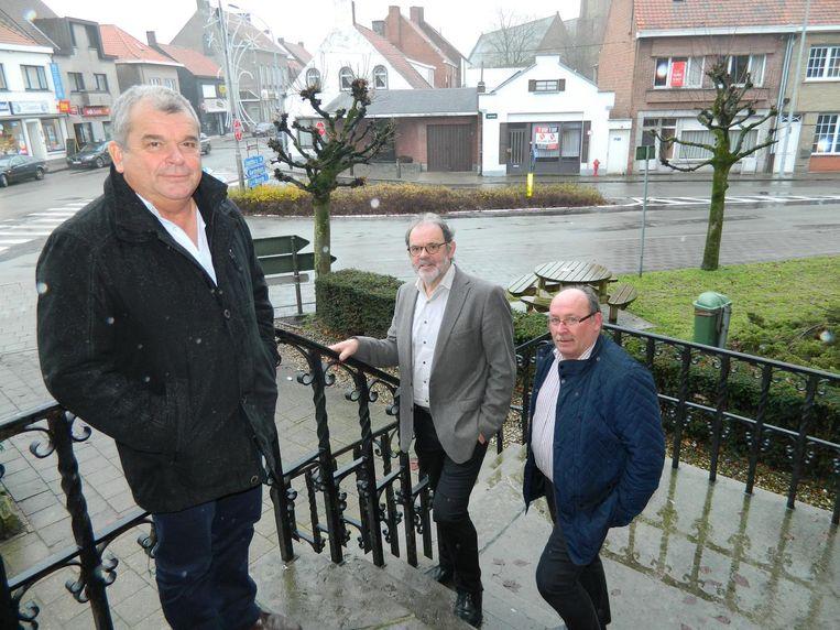 Burgemeester Franki Van de Moere, schepen Hugo Coene en schepen Johan Francque aan het T-kruispunt dat dit jaar vernieuwd wordt.