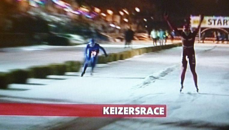 Annette Gerritsen gaat over de finish. Beeld AT5 TV Beeld