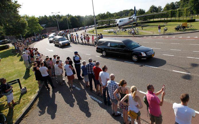 Lijkwagens verlaten Vliegbasis Eindhoven.