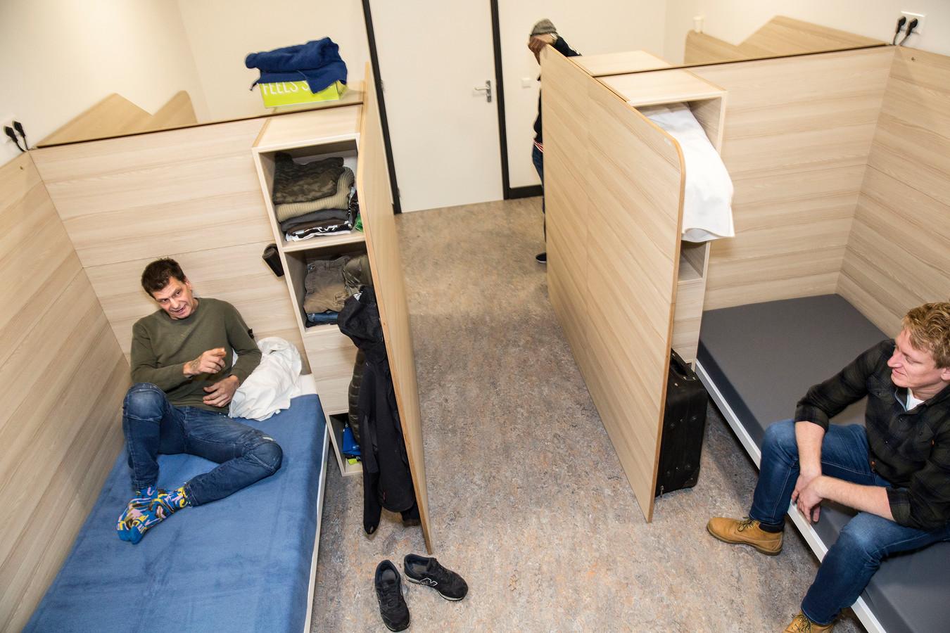 In de nachtopvang aan de Bredestraat in het Rotterdamse centrum zijn de kamers kleiner, maar elders liggen daklozen nog op slaapzalen.