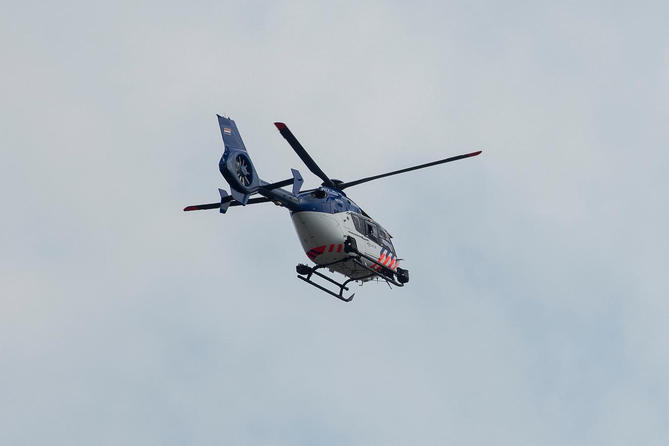 Politiehelikopter zoekt mee naar drenkeling op de Waal.