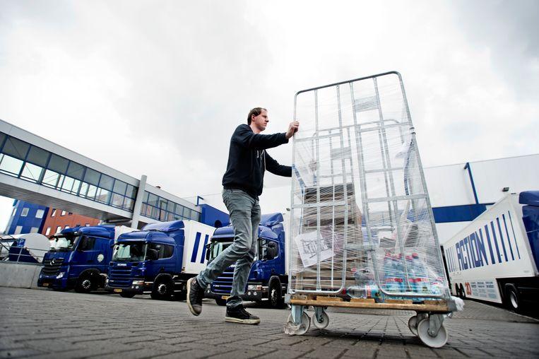 Zwaagdijk, een medewerker van sociale werkplaats OpMaat in actie bij het distributiecentrum van de ACTION.  Beeld