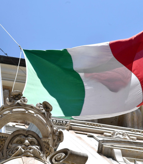 Italië hangt massaal de vlag halfstok en houdt minuut stilte voor coronadoden