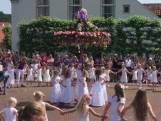Pinksterbruidjes dansen en zingen in Borne
