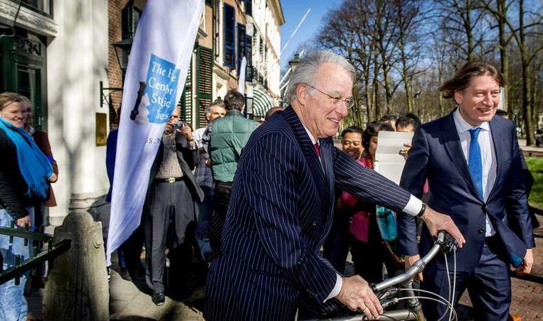 Burgemeester Jozias van Aartsen (M) vertrekt op de fiets na een ontmoeting met de internationale pers die aanwezig is tijdens de Nuclear Security Summit (NSS) top, die op 24 en 25 maart plaatsvindt in zijn stad. Beeld anp