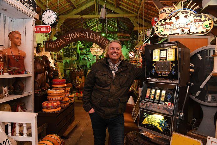 Jos van Katwijk, bij een gokkast die hij zelf erg mooi vindt.