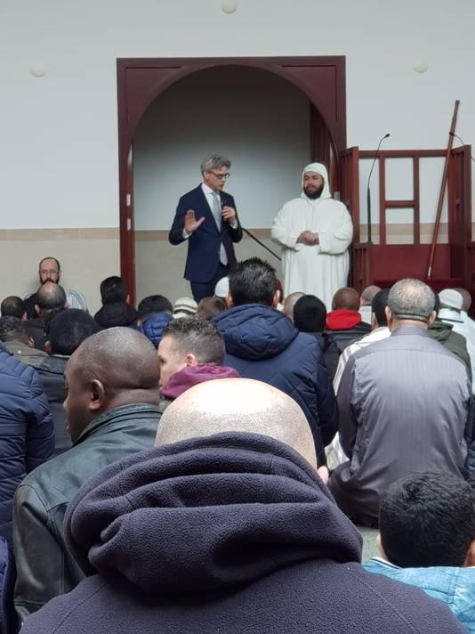 Burgemeester Lucas Bolsius spreekt de bezoekers van de El Fath moskee in de Amersfoortse wijk Liendert toe.