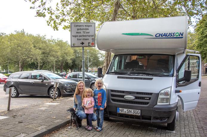 Silke Hoenselaar en haar kinderen staan prima op de parkeerplaats Turfmarkt.