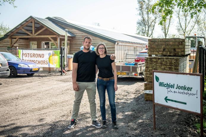 Michiel Jonker en Sophie de Cock hebben hun plek gevonden, aan de Varempéstraat tussen Zuiddorpe en Overslag.
