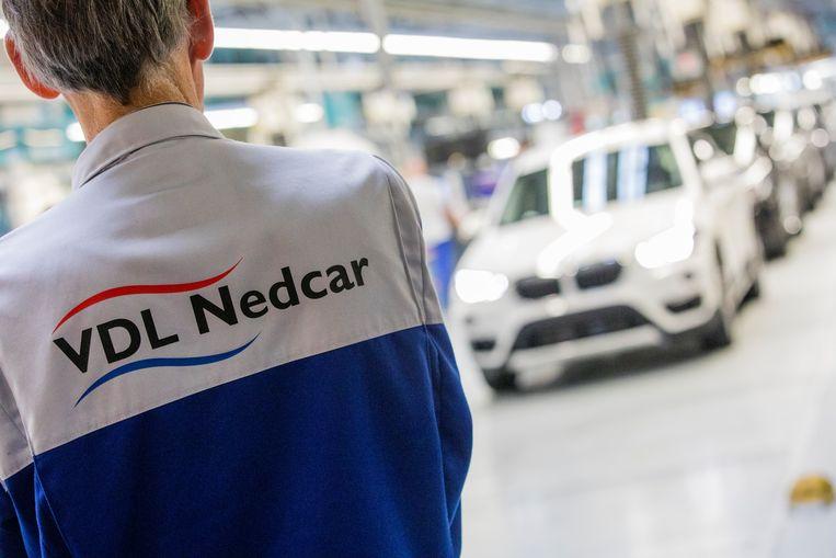 Een medewerker van autofabrikant VDL Nedcar in Born. Bij de autobouwer werken enkele honderden Belgen.