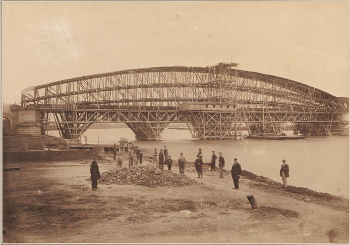 De brug in aanbouw in 1868.