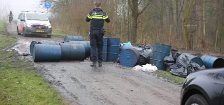Flinke dumping drugsafval op zandpad in Zevenbergen: tientallen vaten lekken 'troep'