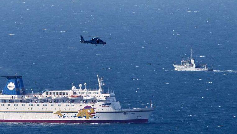 De Israëlische marine zoekt naar de brokstukken van de neergehaalde drone. Beeld afp