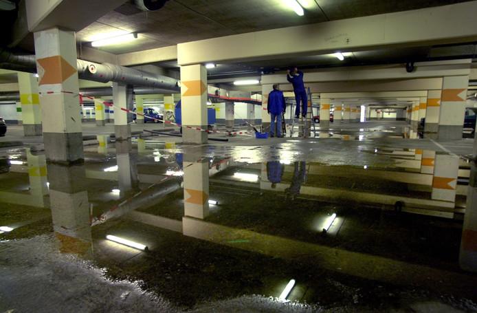 Een vertrouwd beeld: wateroverlast in parkeergarage Achter de Grote Markt zoals op deze archieffoto.