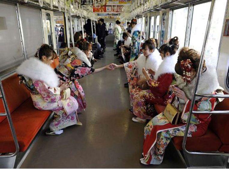 Ook dit jaar was de tweede maandag van januari weer Meerderjarigheidsdag, een nationale feestdag. Alle Japanners die dit jaar 20 worden, werden toegesproken en kregen cadeaus. FOTO © EPA Beeld