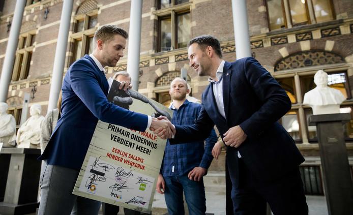 Jan van de Ven (links, PO in Actie) overhandigde in april vorig jaar een petitie aan Michel Rog (CDA) met een oproep om de salarissen voor basisschooldocenten te verhogen.