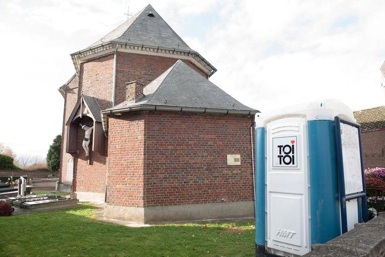 De leden van de Meilegemse verenigingen moeten nog even naar buiten om hun behoefte te doen. Want de toiletten in de sacristie moeten nog gebouwd worden.
