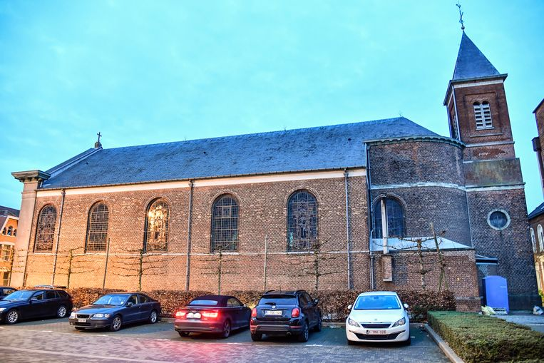 De kerktoren van Schoonaarde krijgt een duiventil om ook in deze omgeving de overlast van wilde duiven in te dijken.