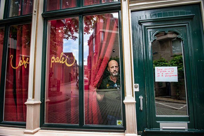 Kroegbaas Frank van der Laak in Café 't Paleis, dat op last van de gemeente werd gesloten.