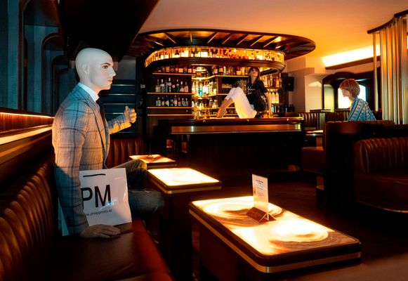 Deze bar in Wenen zet mannequins in om de klanten eraan te herinneren 'social distancing' te bewaren.