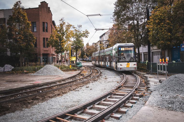 's Nachts een lawaaierige bouwwerf, want overdag moet de tram kunnen rijden.