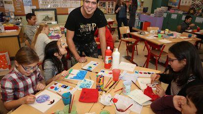 Kunstenaar laat leerlingen hun creativiteit ontdekken