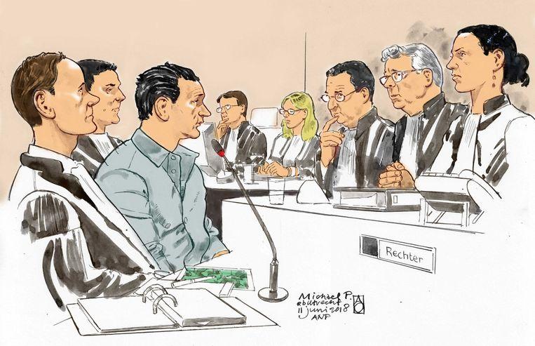 Michael P. (3-L) met zijn advocaat mr. Dorrestein (L) en de Voorzitter mr. Van Lieshout (2-R) en de Officieren van Justitie H. Leepel (4-R) en R. Craenen (4-L). Beeld ANP