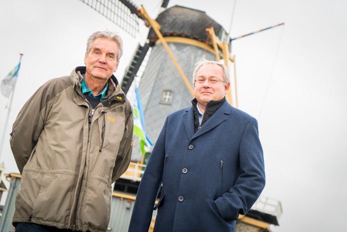 Juriean Kramer en Peter de Waard voor molen De Liefde in Streefkerk.