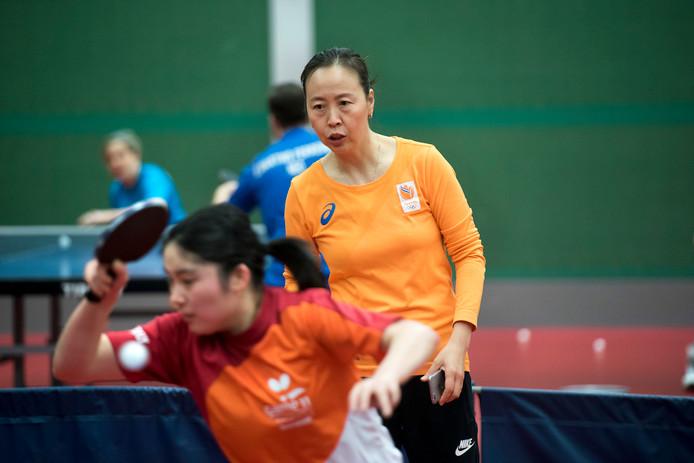 Bondscoach Li Jiao aan het werk op sportcentrum Papendal.