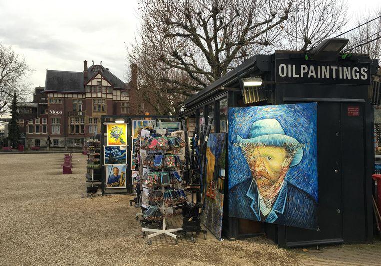 Winkeltje op het Museumplein in Amsterdam waar Xiaoyong Zhao's werk wordt verkocht. Beeld