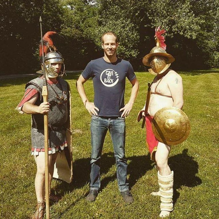 Jonas Wielandt in met twee Romeinse gladiatoren in het gemeentepark.