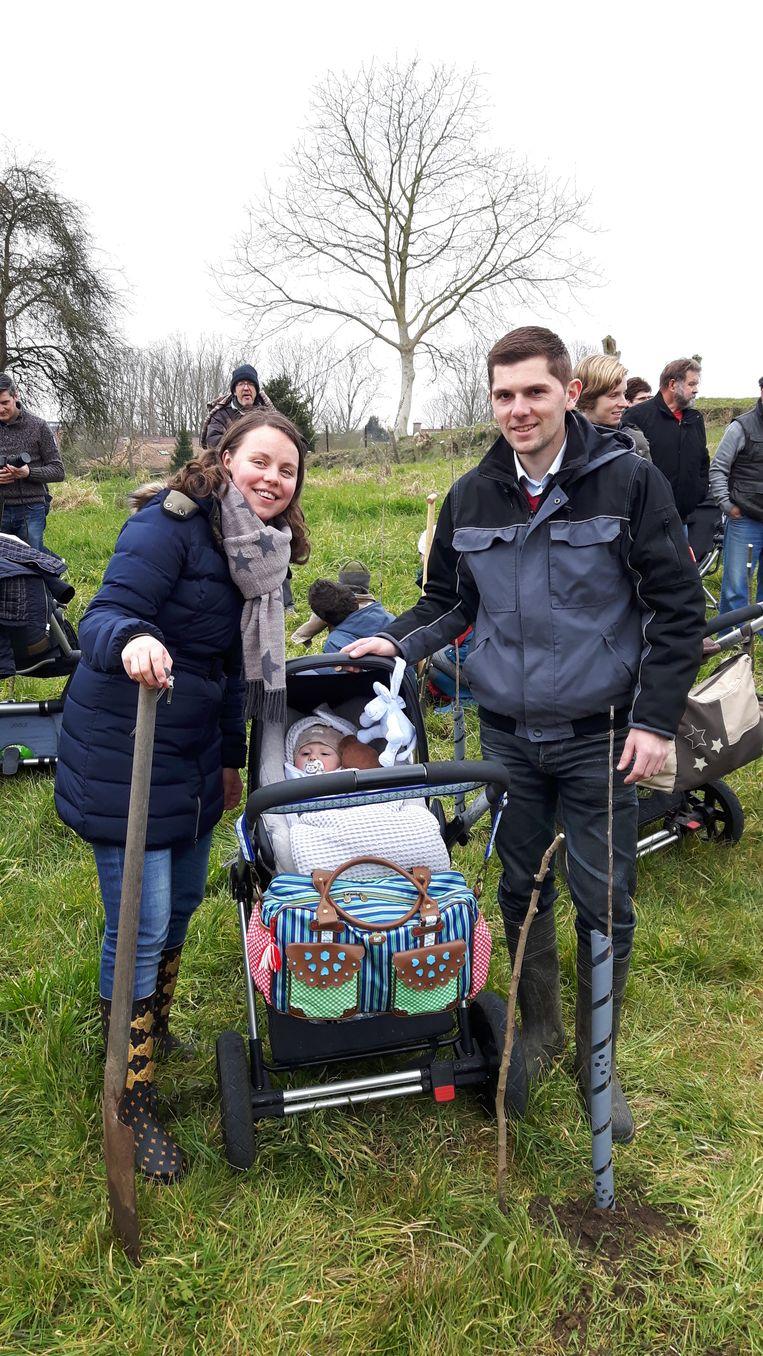 Sandrine en Pieter planten een boompje als aandenken aan de geboorte van hun zoontje Alexander.
