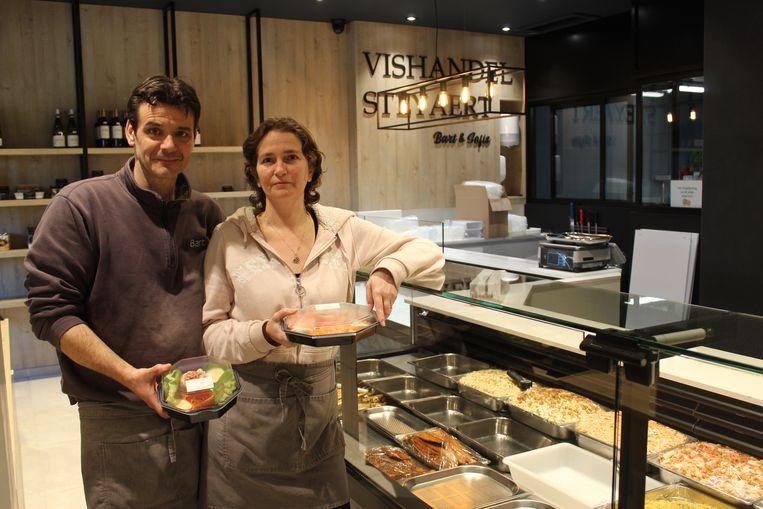 Bart en Sofie in hun vernieuwde Vishandel Steyaert.